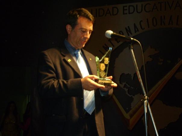 Recibiendo Premio Iberoamericano de Calidad Educativa en Lima.